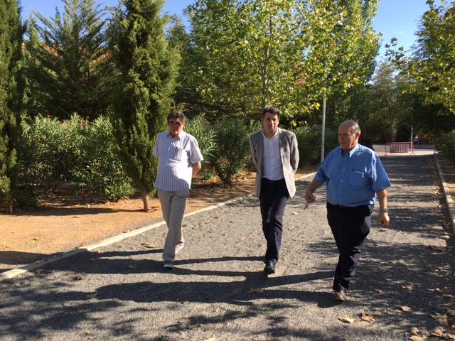 Esteban Paños visita el barrio de Azucaica y se reúne con miembros de la asociación vecinal La Candelaria