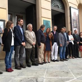 Isabel Martín de Eugenio y Esteban Paños asisten al descubrimiento de la placa conmemorativa del 138 aniversario del Teatro de Rojas