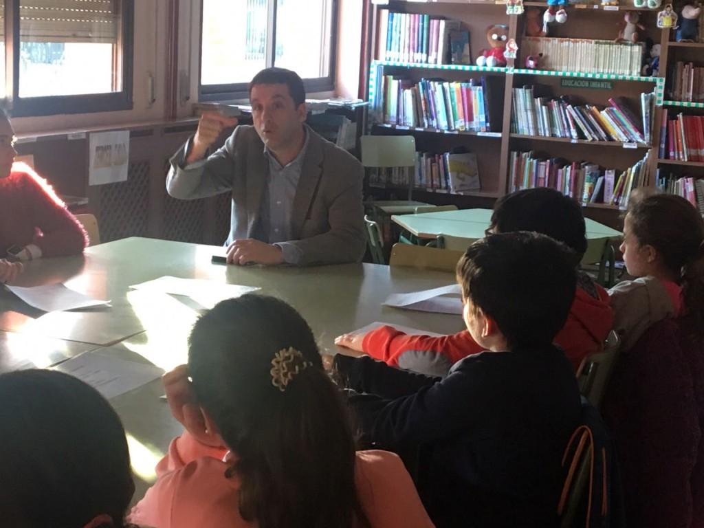 Esteban Paños explica a los niños del Consejo Escolar Municipal Infantil el proyecto ´Apadrina un parque´. Iniciativa de Cs Toledo aprobada en Pleno