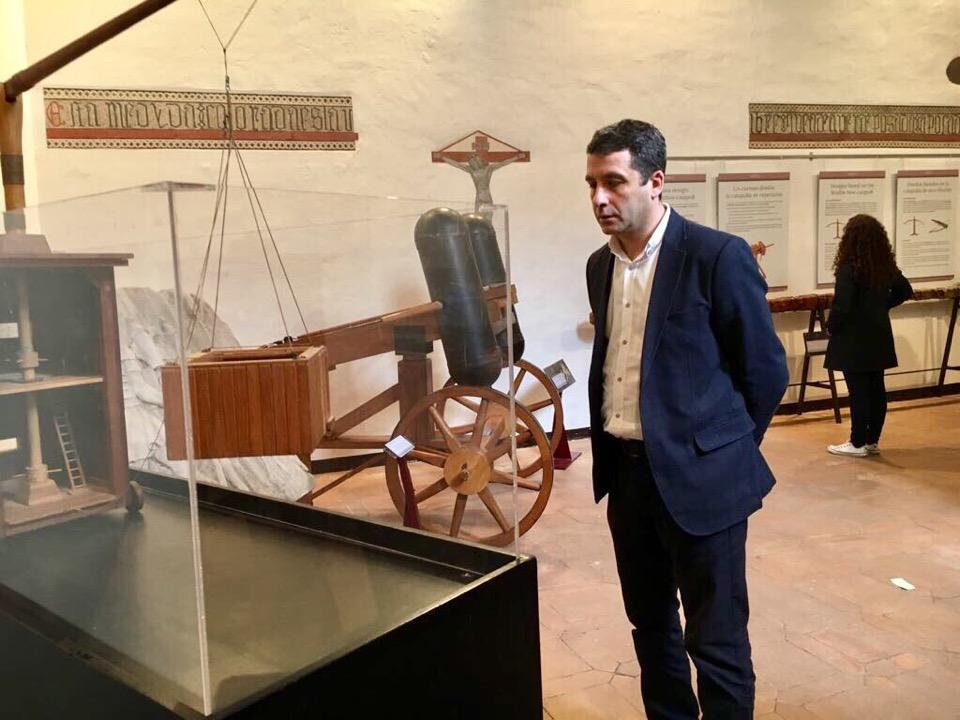 """Esteban Paños, concejal de Cs en el Ayuntamiento de Toledo, visita la exposición """"Catapultas y máquinas de asedio"""""""