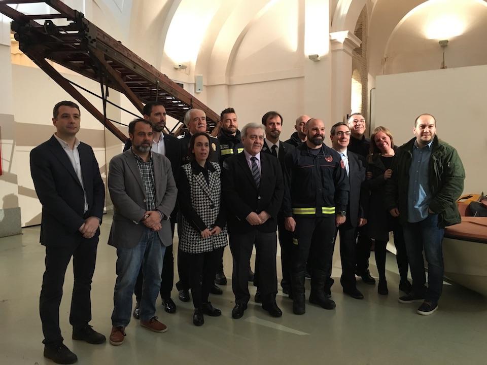 Esteban Paños asiste a la inauguración de la exposición conmemorativa de los Bomberos de Toledo