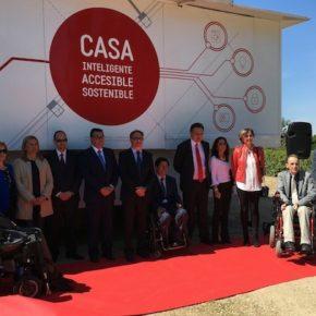 Isabel M. de Eugenio y Esteban Paños, en la presentación de la Casa Inteligente, Accesible y Sostenible de la Fundación ONCE en Toledo