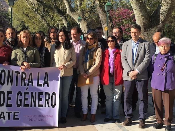 Araceli de la Calle y Esteban Paños asisten a la concentración mensual contra la violencia machista en el paseo de la Ve
