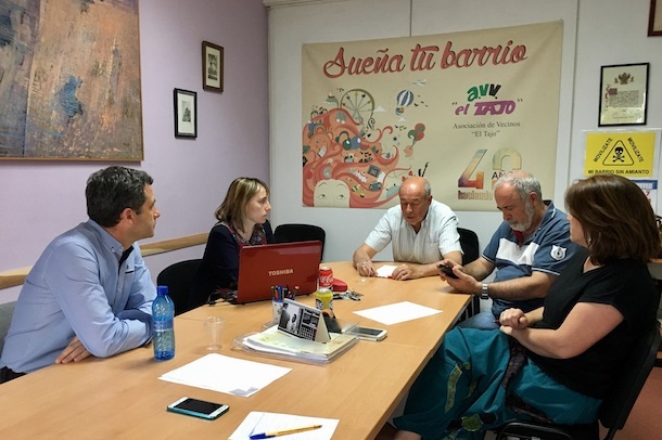 """Esteban Paños se reúne con miembros de la asociación vecinal """"El Tajo"""""""