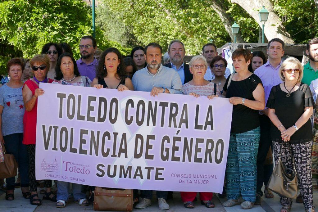 Esteban Paños y Araceli de la Calle, en la concentración mensual contra la violencia machista en Toledo