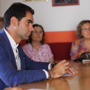 Julio Comendador se reúne con los jubilados de Las Ventas de Retamosa, que temen por el futuro de sus actividades