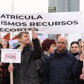 Concejales de Cs Bargas se concentran junto a los vecinos afectados por el hacinamiento del Instituto Julio Verne